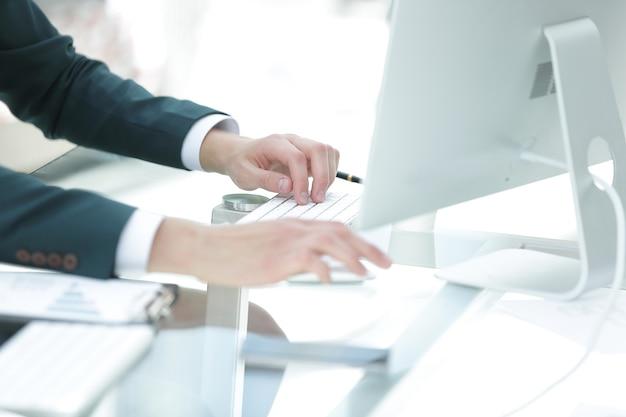 現代のoffice.peopleとテクノロジーでコンピューターに取り組んでいるcloseup.businessman。