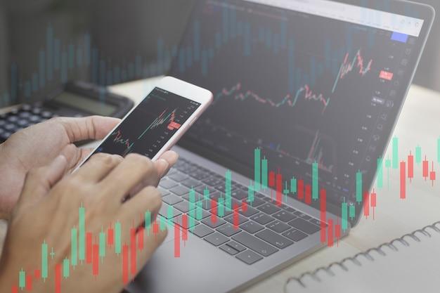 デジタル市場と投資の分析を行うクローズアップビジネスマンワーキング株式トレーダー