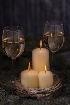 クリスマスツリーとクローズアップキャンドルとグラスワイン