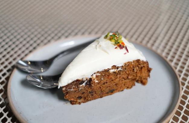 Морковный торт крупным планом на белом блюде, выборочный фокус