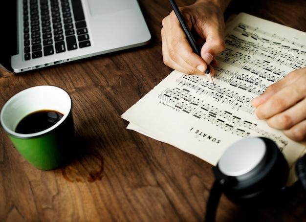 Primo piano sull'uomo casuale che compone musica