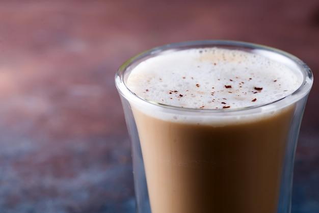 石の上のクローズアップチョコレートコーヒー