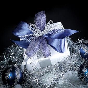 クローズアップ。クリスマスプレゼントとお祝いの白の青いクリスマスボール