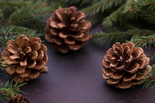 茶色の背景にクローズアップクリスマスツリーとコーン