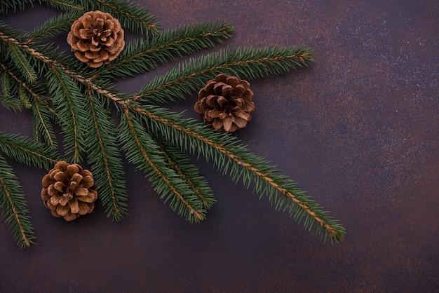 クローズアップクリスマスツリーと松ぼっくり