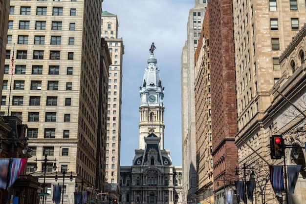 오후에 필라델피아 시청의 근접 촬영 시계탑