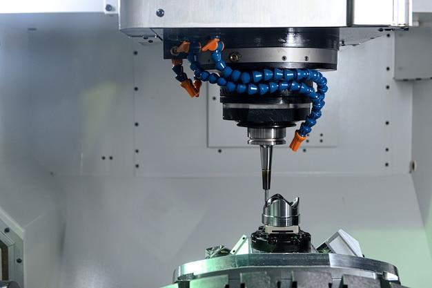 Станок с чпу крупным планом, работающий с заготовкой на промышленной фабрике 40