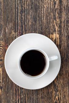 음료를 위한 전체 형태의 커피 콩, 컵에 있는 향기로운 커피 콩, 머그에 맛있는 커피를 만들기 위한 커피 콩