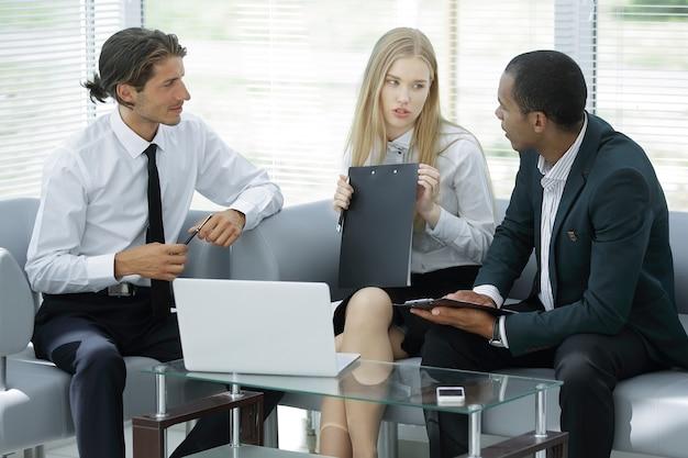 사무실 생활에서 업무 문제를 논의하는 근접 촬영. 동료