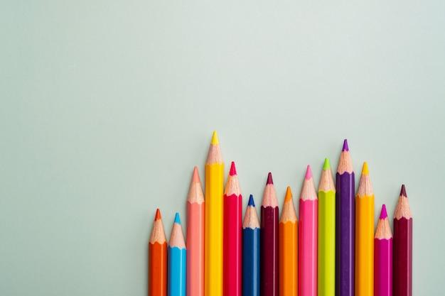 学校のコンセプトに戻るクローズアップ色鉛筆