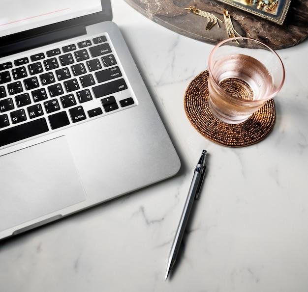 Primo piano del computer portatile sul tavolo di marmo