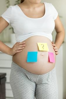 将来の赤ちゃんの性別を考えたクローズアップの概念的な妊婦