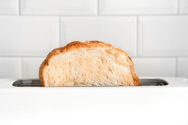 Крупным планом приготовления хлеба с тостером на прилавке барной кухни