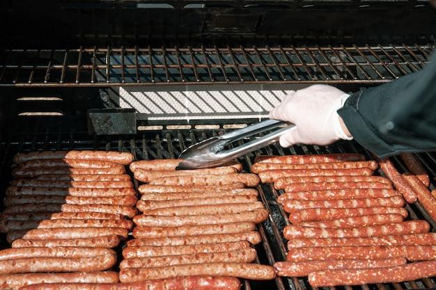 Primo piano della cottura delle salsicce alla griglia