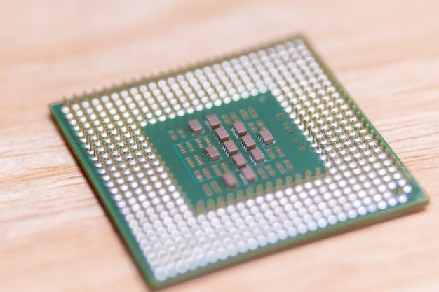 マザーボードからのクローズアップcpuまたは中央処理装置、コンピュータハードウェアのマイクロプロセッサユニット
