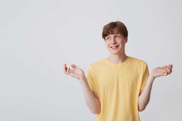 Primo piano del giovane pazzo pazzo in maglietta beige con gli occhi chiusi