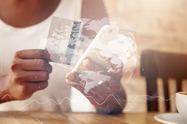 Primo piano della carta di credito e dello smartphone nelle mani della donna