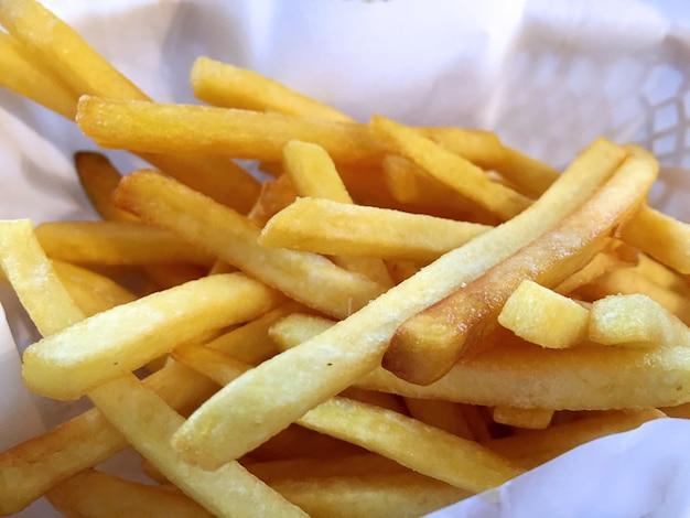 바구니에 근접 촬영 바삭한 감자 튀김