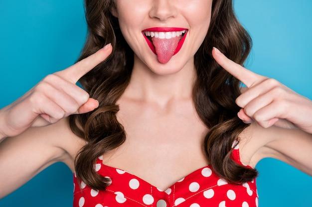 근접 촬영 자른 예쁜 아가씨 지시 손가락 입 이빨 혀