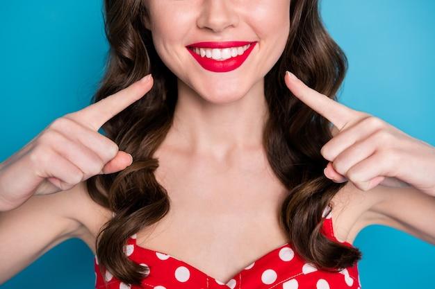 근접 촬영 자른 예쁜 아가씨 이빨 빛나는 미소 연출 손가락 이빨