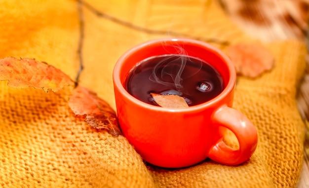 ホットドリンクのクローズアップカップ。秋のコンセプト。温かい飲み物。