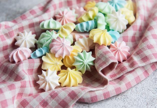 Крупным планом вкусное печенье безе пастельных тонов французская выпечка сладкие хрустящие завитки конфеты