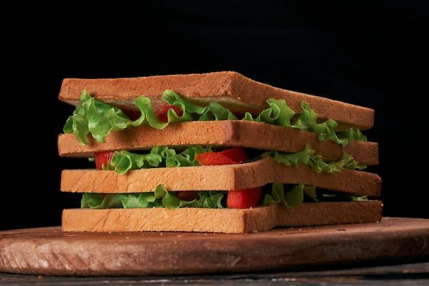 Вкусный бутерброд с помидорами крупным планом