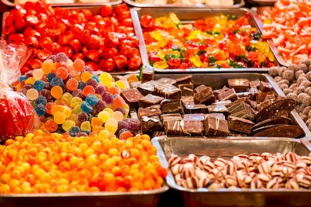 カラフルな甘いキャンディーのクローズアップの詳細
