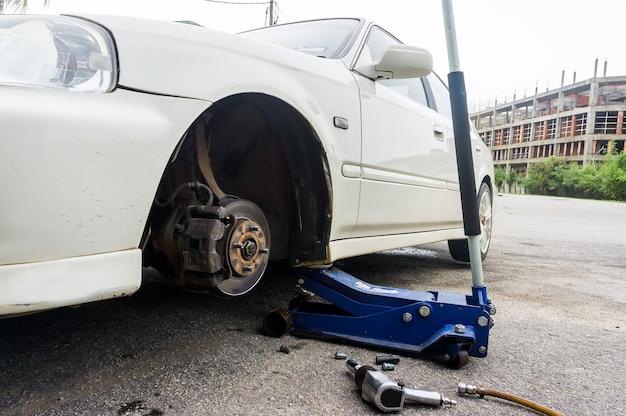 현대 자동차에 바퀴 어셈블리의 근접 촬영 세부 사항. 림이 제거되어 프론트 로터와 캘리퍼가 보입니다.