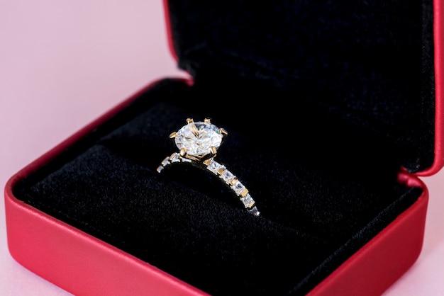 Primo piano dell'anello di diamanti