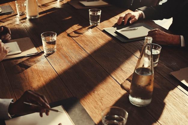 Primo piano di diversi uomini d'affari che si incontrano insieme