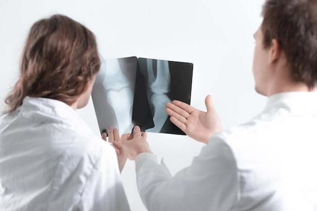 Крупным планом. врачи-диагносты обсуждают рентгеновский снимок пациента