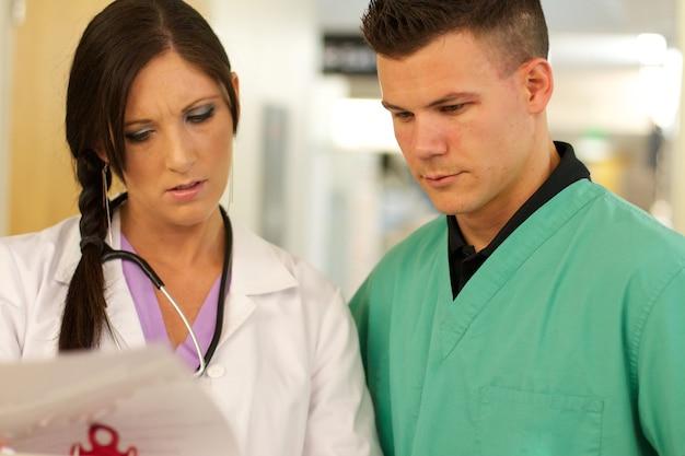 Primo piano dei medici che parlano di qualcosa in un ospedale