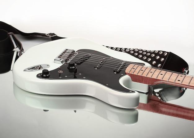 흰색 background.photo 복사 공간에 격리된 스트랩이 있는 근접 촬영.일렉트릭 기타