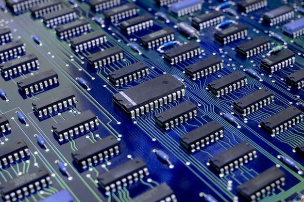 근접 촬영 전자 회로 기판(pcb) 구성 요소 세부 정보 및 집적 회로(ic)