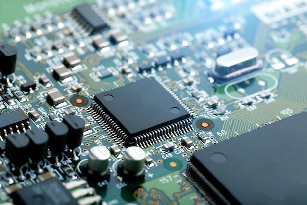 Closeup di circuito elettronico con microchip cpu componenti elettronici sfondo