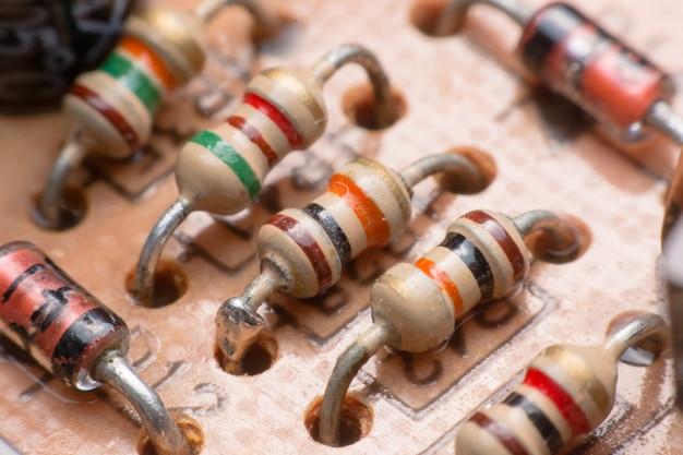 Крупным планом электронного оборудования. резистор на плате