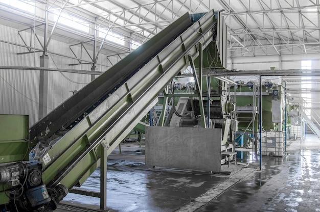 Эскалатор крупным планом на заводе по переработке и переработке пластиковых бутылок переработка пэт