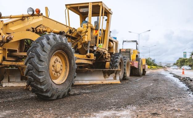 Экскаваторы крупным планом, удаляющие камень при строительных работах на дороге и ремонте