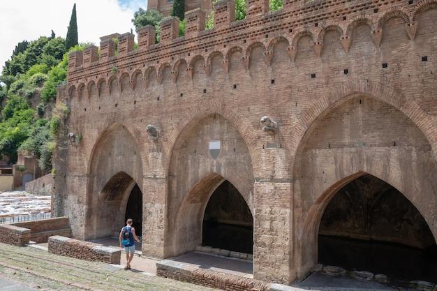 Крупным планом фасад фонтебранды - один из средневековых фонтанов сиены, расположенный в терцо ди камоллия.