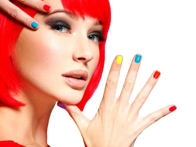 Fronte del primo piano di una bella ragazza con chiodi multicolori luminosi