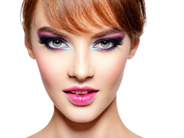 밝고 선명한 화장으로 아름 다운 여자의 근접 촬영 얼굴. 창의적인 눈 화장-흰색 절연 패션 모델. 생강 머리를 가진 소녀. 프린지가있는 짧은 헤어 스타일
