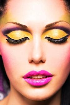 패션 밝은 컬러 메이크업으로 아름 다운 여자의 근접 촬영 얼굴