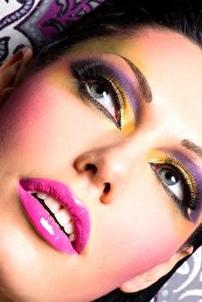 패션 밝은 화장으로 아름 다운 여자의 근접 촬영 얼굴