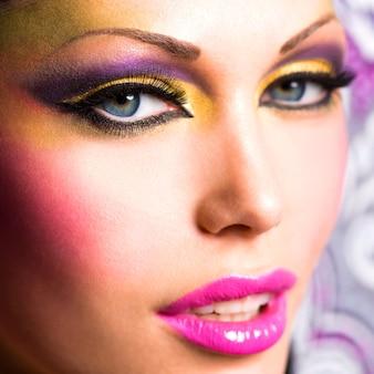 Крупным планом лицо красивой женщины с ярким макияжем моды