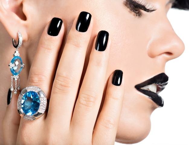 검은 매니큐어와 패션 밝은 화장과 아름 다운 젊은 여자의 근접 촬영 얼굴