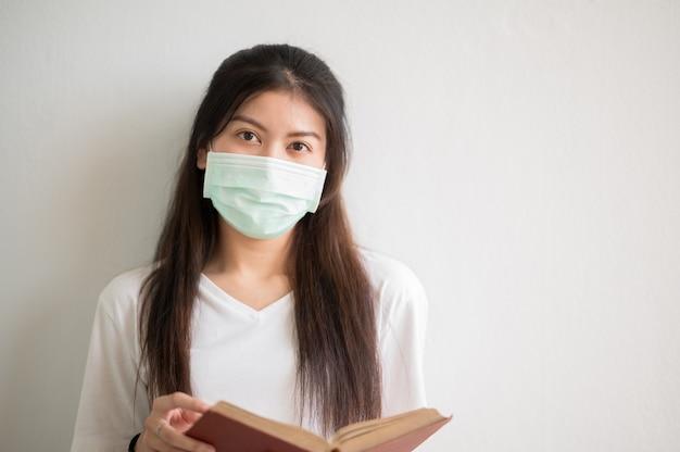Портрет крупным планом. женский университет азиатские студенты носят маски и держатся на расстоянии в школьные часы.