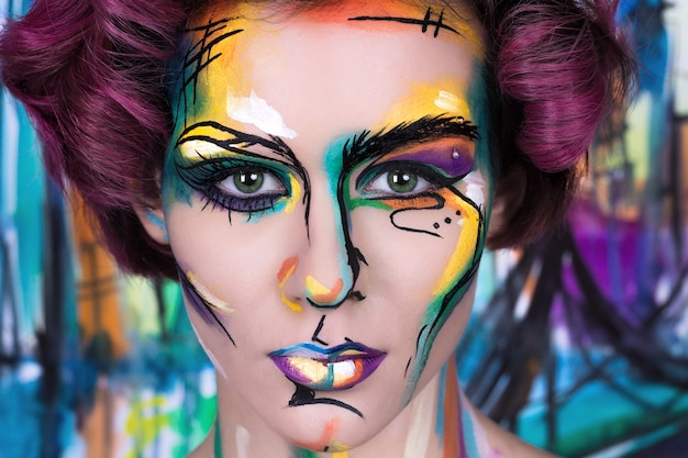 Крупным планом мода faceart портрет молодой девушки с художественной росписью