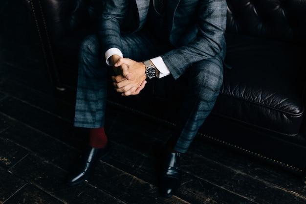 男の手首に高級時計のクローズアップファッション画像