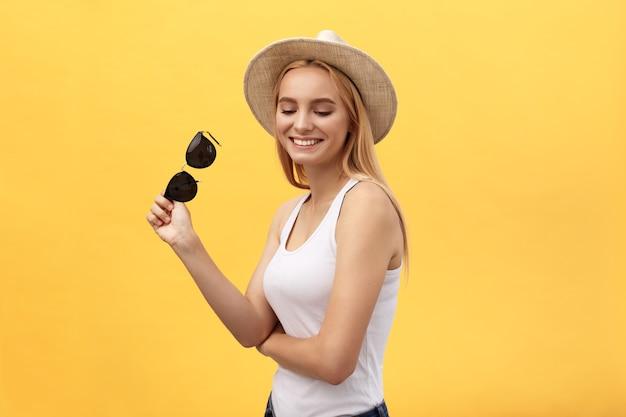 Hipster 젊은 여자의 근접 촬영 패션 스튜디오 초상화입니다.
